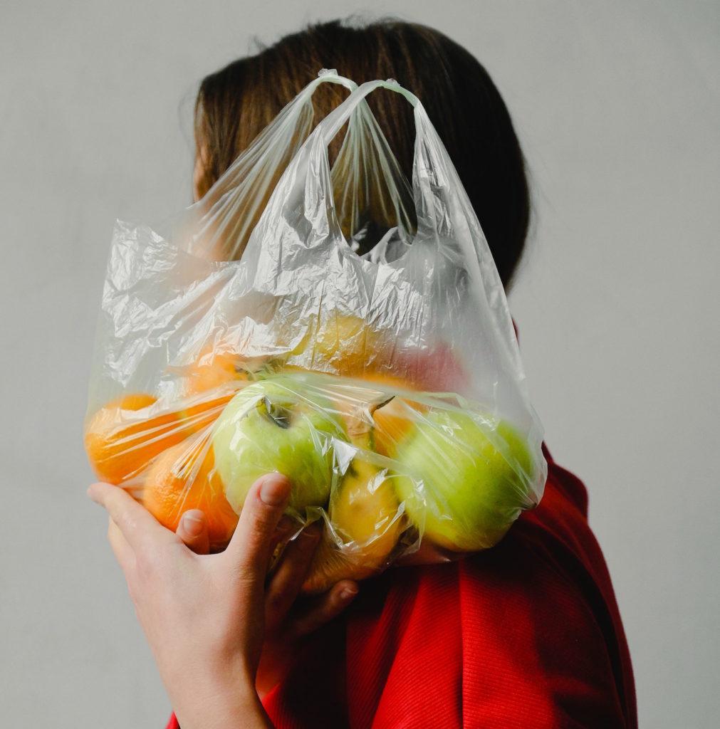 Femme portant des pommes