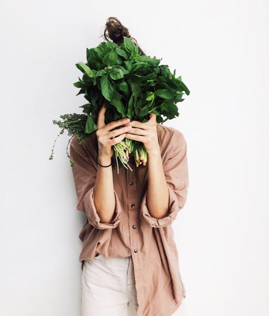 Femme tenant des légumes